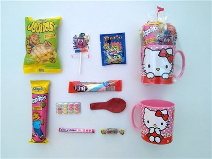 TAZAS CON CHUCHERIAS DE HELLO KITTY