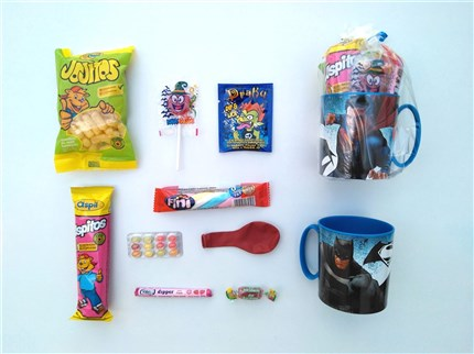 TAZAS CON CHUCHERIAS DE SUPERMAN Y BATMAN